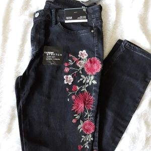 NWT Black Embroidered Jeggings